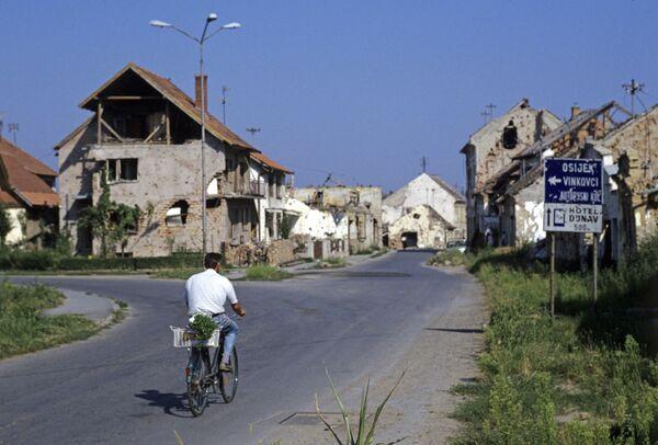 Durante las Guerras Yugoslavas (entre 1991 y 2001), fueron destruidas muchas ciudades. Una de las más dañadas fue Vukovar, a la cual los lugareños llaman 'El Stalingrado croata'. En la foto: viviendas destruidas en Vukovar, Yugoslavia 1993. - Sputnik Mundo