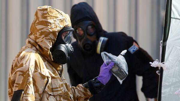 Investigadores en el lugar del envenenamiento en Amesbury, Reino Unido - Sputnik Mundo