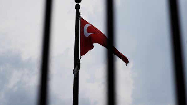La bandera de Turquía en la embajada turca en Washington, EEUU - Sputnik Mundo