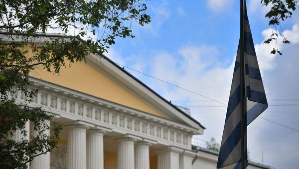 La bandera de Grecia en la embajada griega en Moscú - Sputnik Mundo