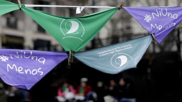 Pañuelos en apoyo de la legalización del aborto cuelgan fuera del Congreso argentino en Buenos Aires (archivo) - Sputnik Mundo