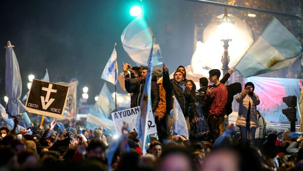 Activistas contra la legalización del aborto en Argentina celebran el resultado de la votación en el Congreso Nacional - Sputnik Mundo