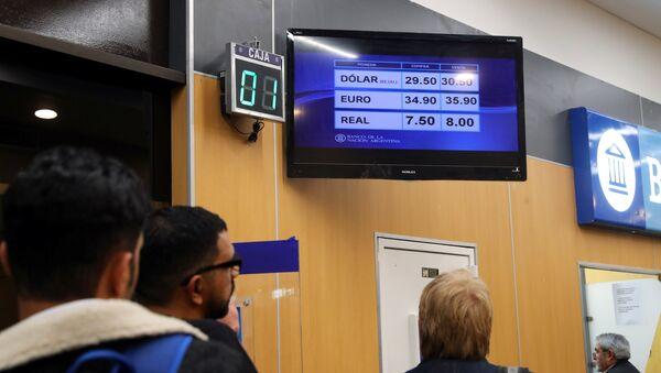 Personas hacen fila en Argentina para comprar moneda extranjera - Sputnik Mundo