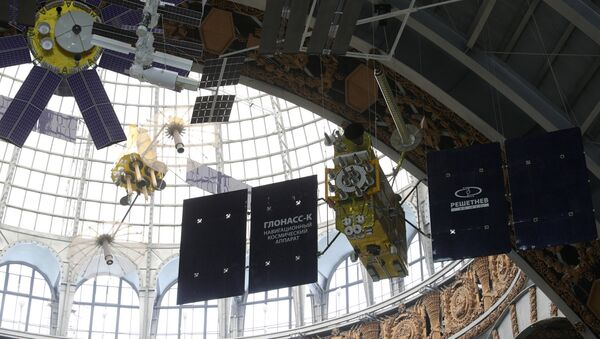 Un prototipo del satélite Glonass-K (a la derecha) - Sputnik Mundo