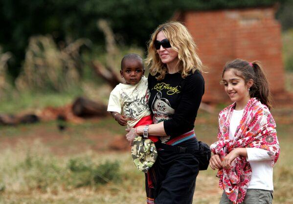 Madonna y sus hijos en un orfanato en Mchinji, Malawi en 2007 - Sputnik Mundo