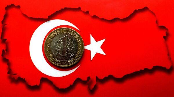 Una lira en la bandera de Turquía - Sputnik Mundo
