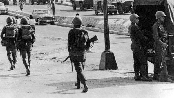 Vehículos blindados y soldados patrullan las calles de Tlatelolco, Ciudad de México, el 5 de octubre de 1968, tres días después de que el Ejército mexicano abriera fuego contra estudiantes - Sputnik Mundo