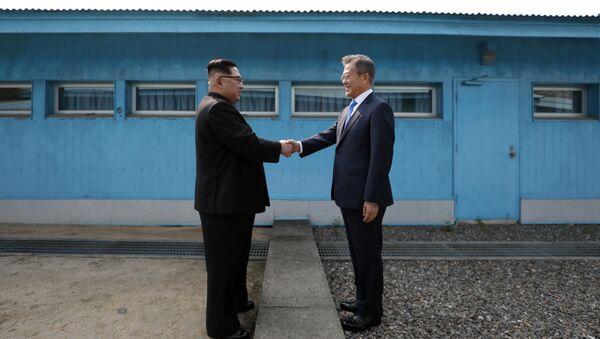 El líder de Corea del Norte, Kim Jong-un, y el presidente de Corea del Sur, Moon Jae-in (archivo) - Sputnik Mundo