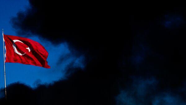 Una bandera turca alza en medio de humo - Sputnik Mundo