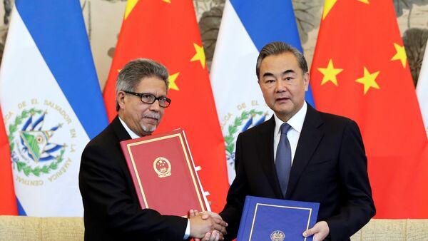 El canciller de China, Wang Yi, y su par salvadoreño, Carlos Castañeda, tras firmar el acuerdo que establece las relaciones diplomáticas entre sus países. - Sputnik Mundo