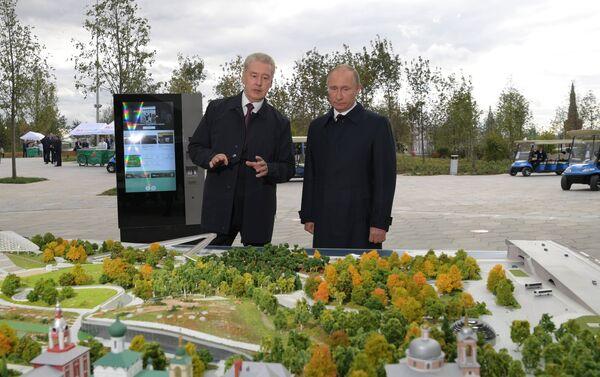 El alcalde de Moscú, Serguéi Sobianin, y el presidente de Rusia,  Vladímir Putin, durante la visita al parque Zariadie - Sputnik Mundo