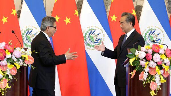 El ministro de Asuntos Exteriores de El Salvador, Carlos Castañeda, y el canciller chino, Wang Yi - Sputnik Mundo