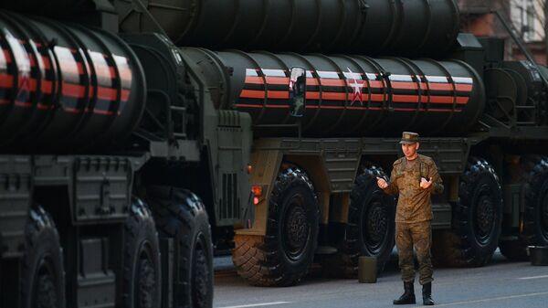 Militar ruso al lado del sistema S-400 - Sputnik Mundo