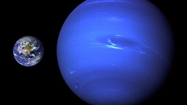Tierra (izda.) y Neptuno (drcha.) (comparación de tamaño) - Sputnik Mundo