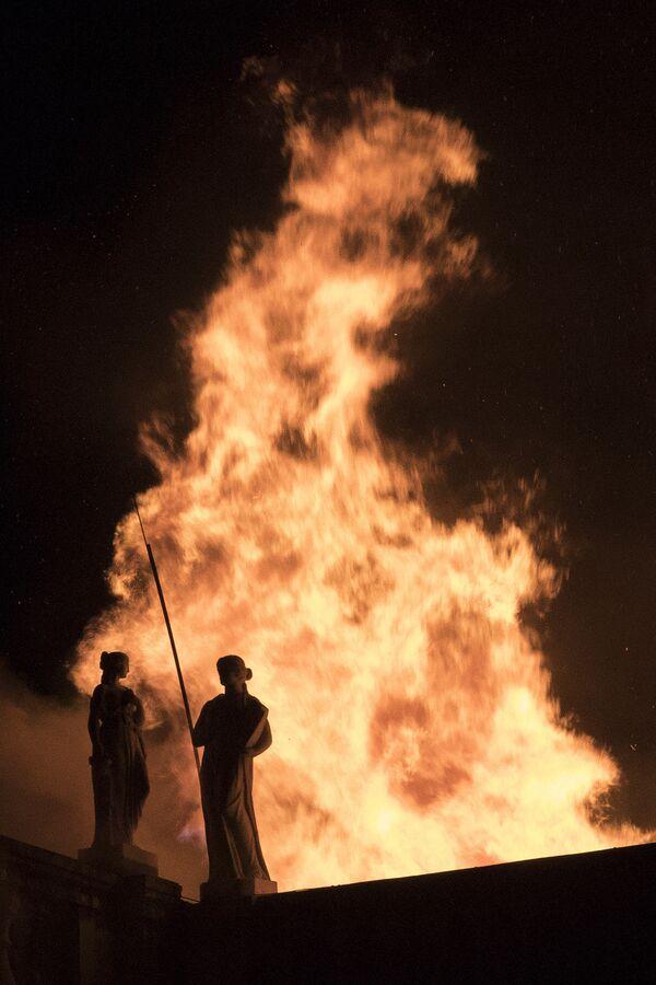 El Museo Nacional de Brasil arde en llamas - Sputnik Mundo