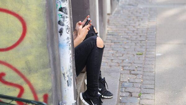 Una adolescente con un smartphone - Sputnik Mundo