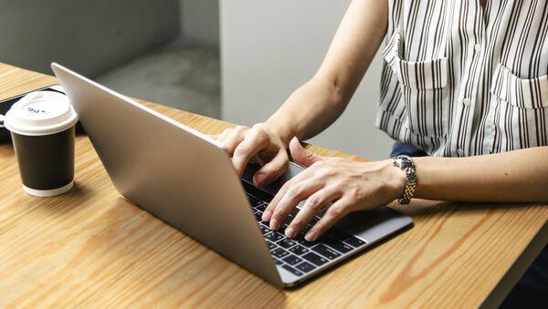 Una persona usa un ordenador - Sputnik Mundo