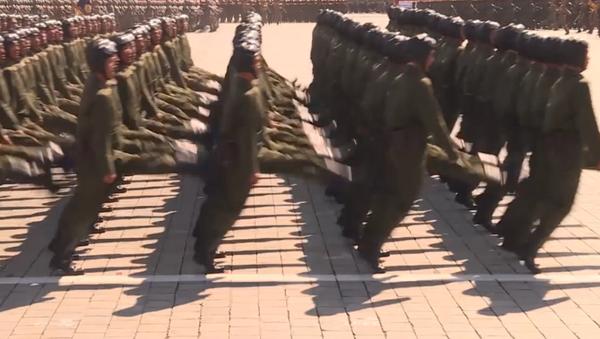 Coordinación milimétrica y muchos periodistas: el desfile militar de Corea del Norte - Sputnik Mundo