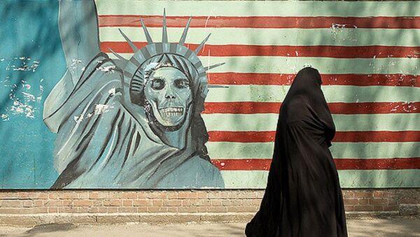 Famoso mural de la estatua de la libertad con una cara del cráneo con la bandera estadounidense de fondo, ex embajada de Estados Unidos, Teherán - Sputnik Mundo