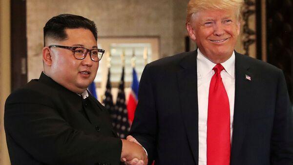 El líder norcoreano, Kim Jong-un, y el presidente de EEUU, Donald Trump - Sputnik Mundo