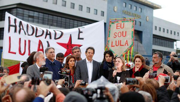 Candidato presidencial brasileño Fernando Haddad y  presidenta del PT Gleisi Hoffmann en Curitiba - Sputnik Mundo