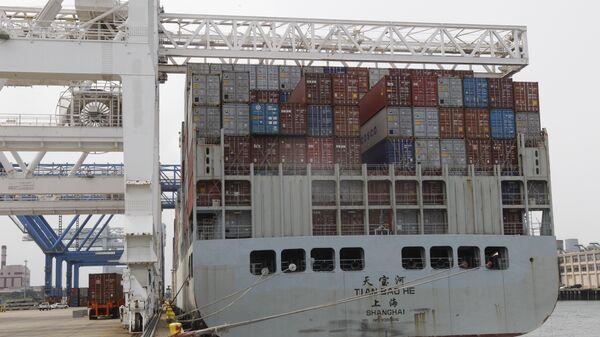 Una nave china cargada con contenedores - Sputnik Mundo
