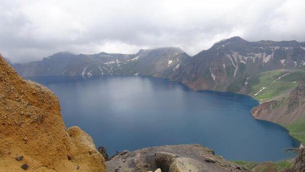 Lago del Cielo en el cráter del volcán Paektu, en la frontera entre Corea del Norte y China - Sputnik Mundo