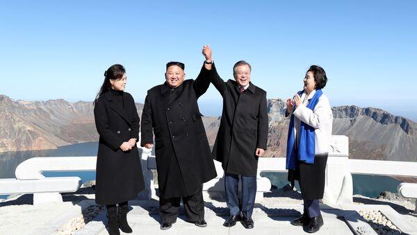 Líder de Corea del Norte, Kim Jong-un, y presidente de Corea del Sur, Moon Jae-in, con sus esposas en el monte Paektu - Sputnik Mundo