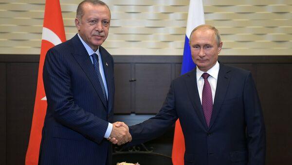 El presidente de Turquía, Recep Tayyip Erdogan y el presidente de Rusia, Vladímir Putin en Sochi, Rusia - Sputnik Mundo