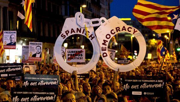 Los manifestantes independentistas en Barcelona, España - Sputnik Mundo