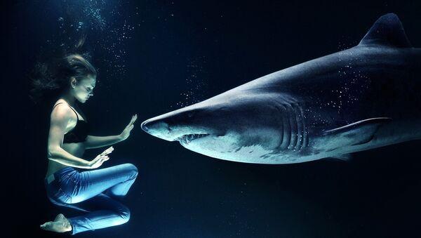Una mujer y un tiburón - Sputnik Mundo