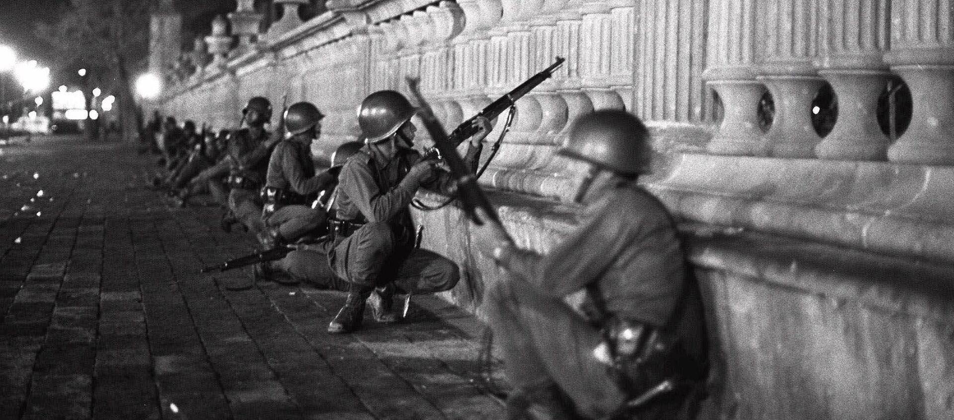 Soldados del Ejército mexicano en la región de la plaza de las Tres Culturas la noche del 2 de octubre de 1968 - Sputnik Mundo, 1920, 01.10.2018