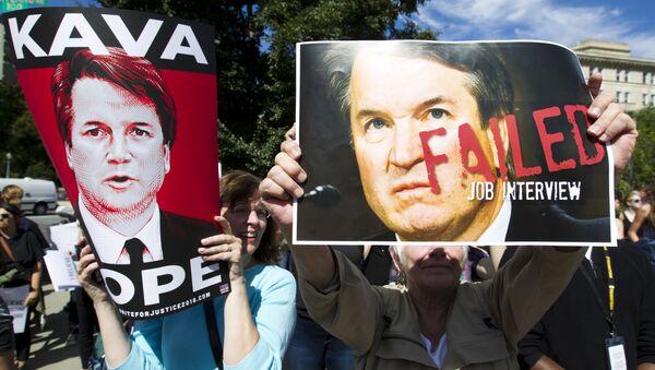 Manifestantes con las fotos de Brett Kavanaugh, candidato al Tribunal Supremo - Sputnik Mundo