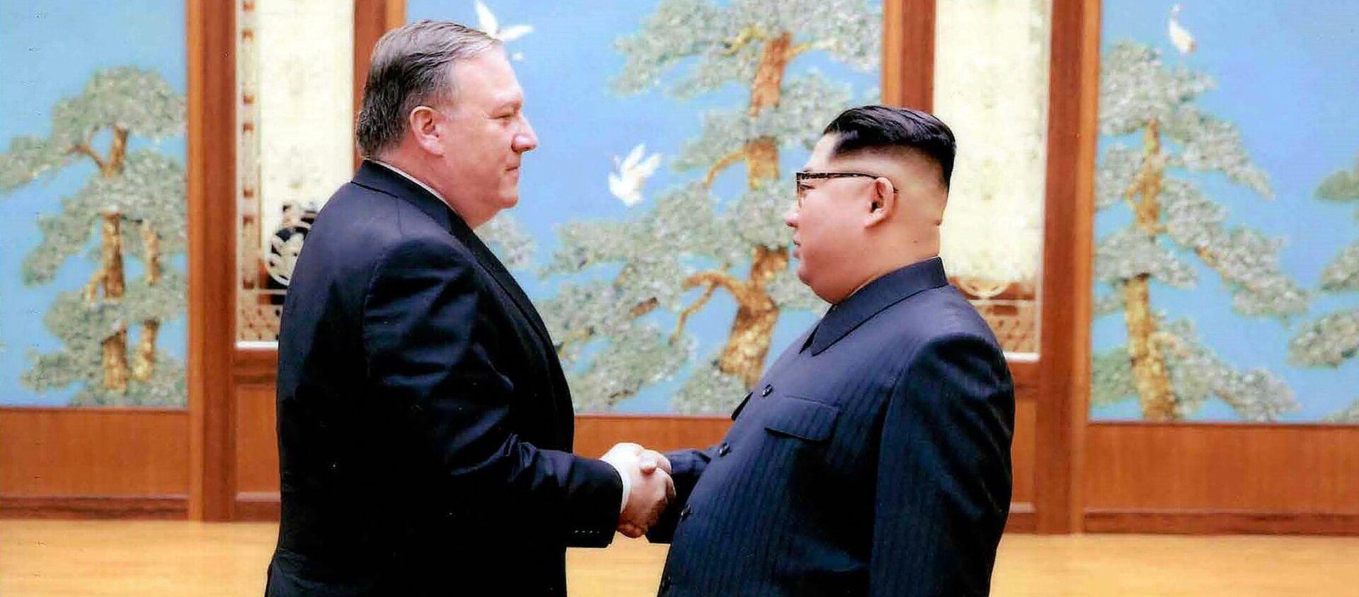 Mike Pompeo, secretario de Estado de EEUU, y Kim Jong-un, líder norcoreano - Sputnik Mundo, 1920, 18.07.2020