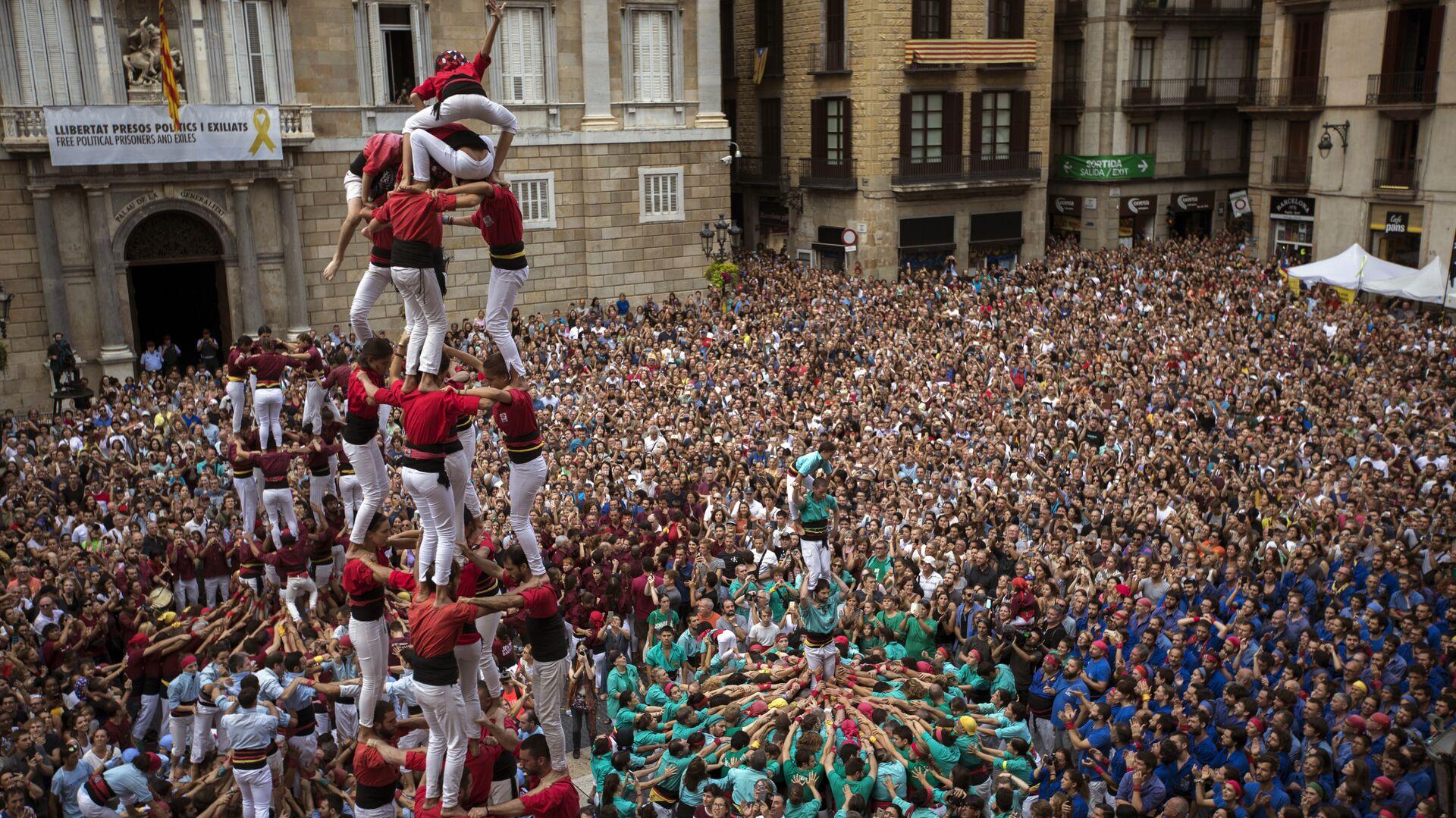 Participants make human towers or Castellers during the Saint Merce celebrations in San Jaime square in Barcelona, Spain, Monday, Sept. 24, 2018 - Sputnik Mundo, 1920, 30.09.2021