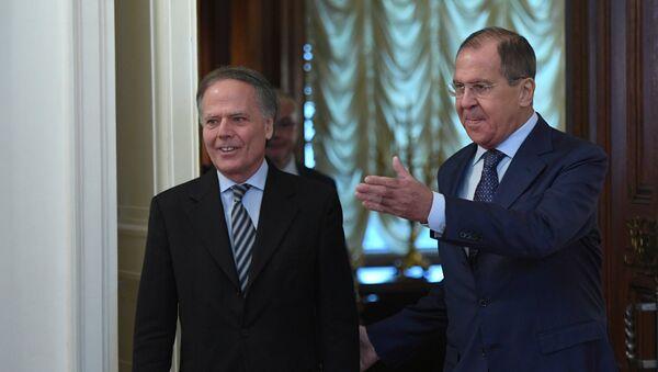 El ministro de Exteriores de Italia, Enzo Moavero Milanesi, y su homólogo ruso, Serguéi Lavrov - Sputnik Mundo