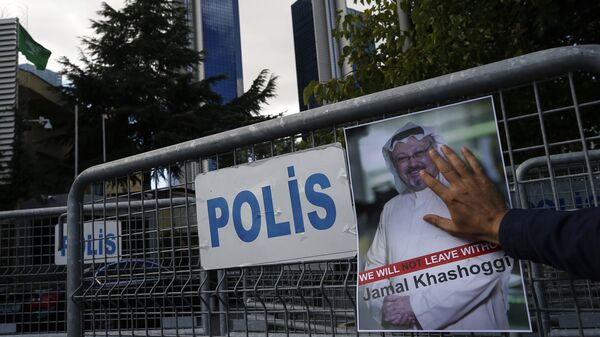 Retrato del periodista opositor saudí Jamal Khashoggi cerca del consulado saudí en Estambul - Sputnik Mundo