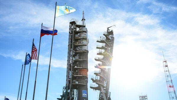 El lanzamiento Soyuz-FG con el vehículo tripulado Soyuz MS-10 en la plataforma de lanzamiento del cosmódromo de Baikonur - Sputnik Mundo