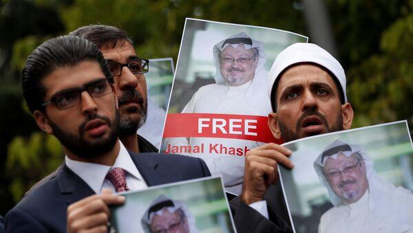 Personas con retratos del periodista saudí Jamal Khashoggi protestan cerca del consulado saudí en Estambul - Sputnik Mundo
