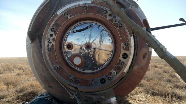 La cápsula de la nave espacial Soyuz tras el aterrizaje (archivo) - Sputnik Mundo