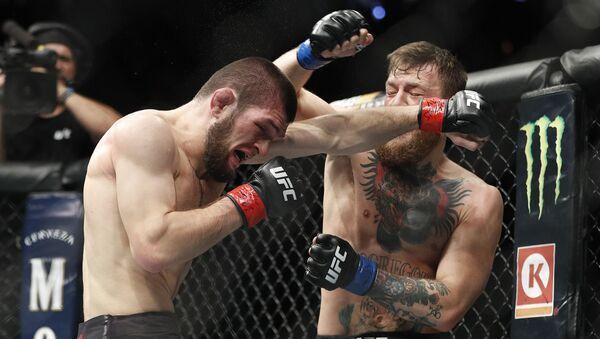 Khabib Nurmagomedov golpea a Conor McGregor en Las Vegas - Sputnik Mundo