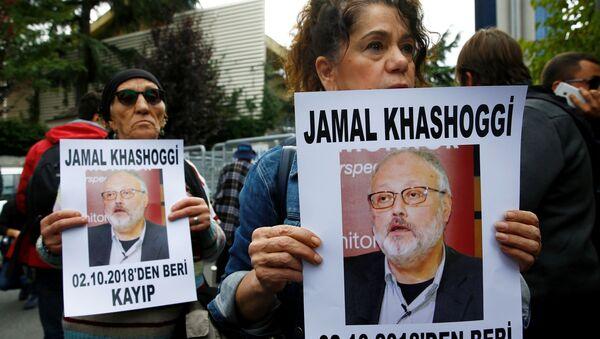 Activistas por los derechos humanos con la imagen del periodista saudí desaparecido Jamal Khashoggi - Sputnik Mundo