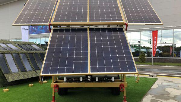 La planta solar móvil de Hevel con paneles desplegados - Sputnik Mundo