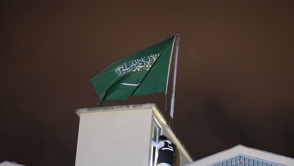 Una bandera saudí en el Consulado de Arabia Saudí en Estambul - Sputnik Mundo