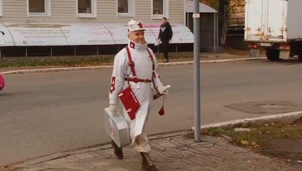 Las calles como pasarelas: un anciano ruso se hace famoso con sus trajes extravagantes - Sputnik Mundo