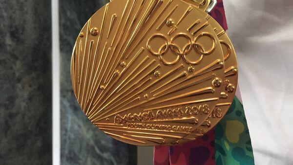 Medallas de oro de los integrante del equipo juvenil de natacion de Rusia - Sputnik Mundo