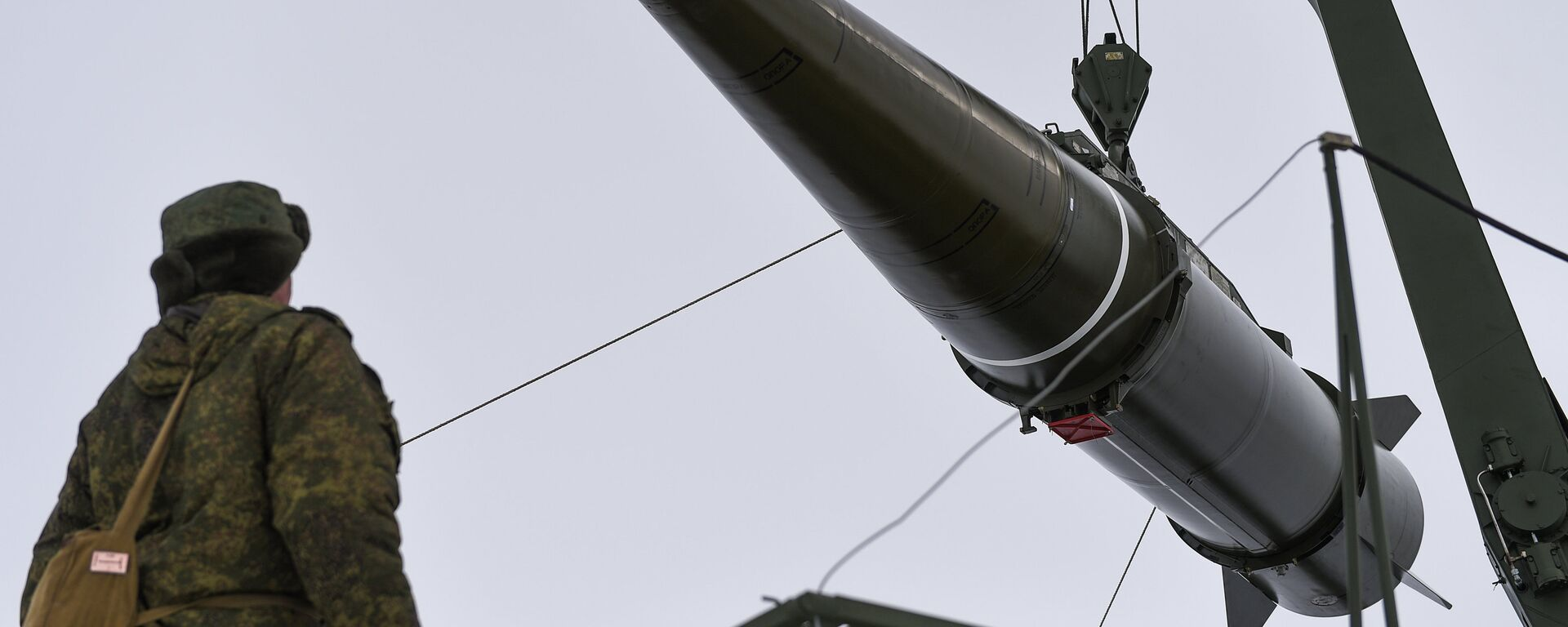 Militares se preparan para lanzar un misil del sistema Iskander-M - Sputnik Mundo, 1920, 06.08.2020