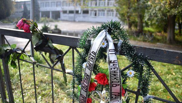 Homenaje a las víctimas de la masacre en Kerch cerca de la entrada principal del politécnico de Kerch tras la explosión - Sputnik Mundo