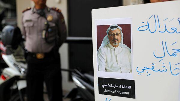 Activista con la foto del periodista desaparecido, Jamal Khashoggi - Sputnik Mundo
