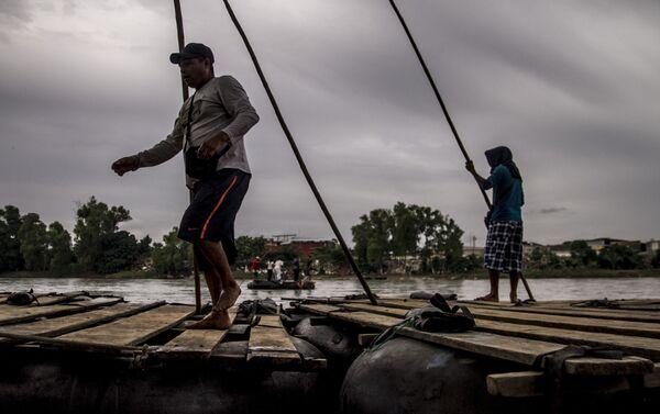 Balseros del Río Suchiate se preparan para ayudar en el cruce del éxodo hondureño - Sputnik Mundo